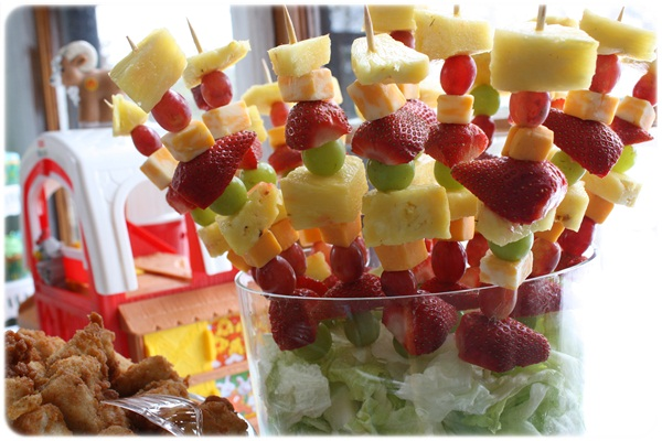 It s written on the wall arranging fruit to make it look fabulous - Similiar Fruit Kabob Display Ideas For Christmas Keywords