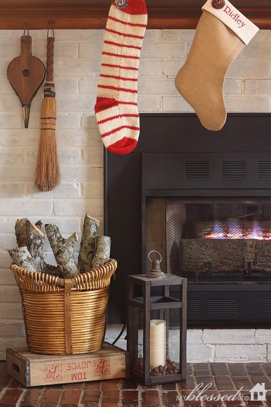 Woodsy Glam Christmas Mantel | MyBlessedLife.net